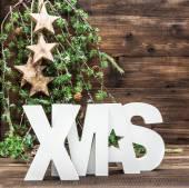 Lettre de Noël et Noël ornements sur fond en bois — Photo