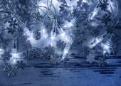 Gümüş kar taneleri ile dekorasyon Noel Mavi ışıklar — Stok fotoğraf