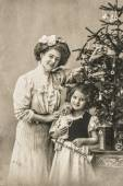 Happy mother and daughter with christmas tree and antique toys — Foto de Stock
