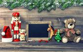 Decoração de Natal com brinquedos antigos e lousa — Fotografia Stock