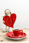 Coffee and Valentines Day decoration. Doll girl with LOVE — Stock Photo