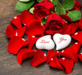 Valentines Day decoration red roses and two hearts — Стоковое фото