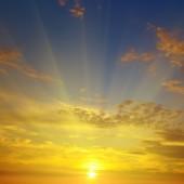 Soluppgång på bakgrund av mulen himmel — Stockfoto