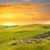風光明媚なフィールド、丘および日の出 — ストック写真