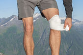 Caring for knee injury — Stock Photo