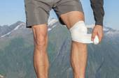 Caring for knee injury — Stockfoto