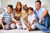 Gelukkige familie met hond — Stockfoto