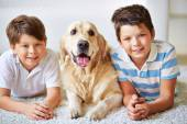 Two boys with dog — Stockfoto