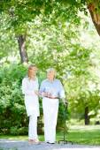 Caregiver and her senior patient — Foto Stock