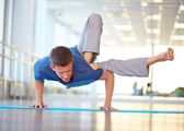 Guy doing physical exercise — Stock Photo