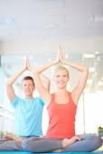 Happy dates practicing yoga — Stockfoto