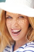 Flirty woman in summer hat — Stock Photo