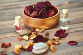 Rose petals and scented oils — 图库照片