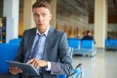 Businessman with touchpad   at the airport — Stockfoto