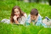 Mother and son networking in green grass — Stock fotografie