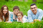 Kids and their parents spending leisure outdoors — Stockfoto