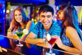 Girl flirting with guy at party — Stockfoto