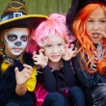 ������, ������: Girls in Halloween costumes