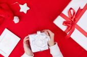 Gift boxes, Santa cap and toy star — 图库照片