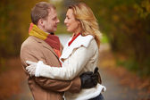Young couple  in autumnal park — Stock fotografie
