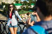 Mutlu bir kadın ödeyen dizüstü kullanarak ve üzerinde hareket eden fon konuşuyor — Stockfoto