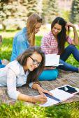 Teenage vrouwen maken van aantekeningen in park — Stockfoto