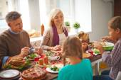 Rodina jíst na den díkůvzdání — Stock fotografie