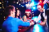 Люди, жарящие в баре — Стоковое фото