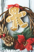 Gingerbread and wreath — Stock Photo