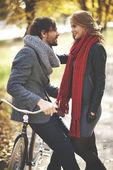 Par med cykel i höst park — Stockfoto