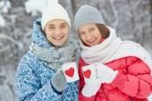 Couple tenant des tasses avec coeurs rouges — Photo