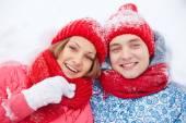 Mężczyzna i kobieta, leżącego w śniegu — Zdjęcie stockowe