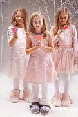 Girls holding candy hearts — ストック写真