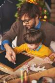 Father teaching son to draw with chalk — Stock Photo