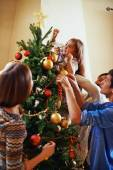 Rodina zdobení vánočního stromu — Stock fotografie