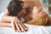 Man kissing woman in bed — Foto de Stock