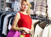Mujer en el departamento de ropa — Foto de Stock