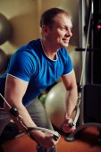 Man exercising in gym — Stock Photo