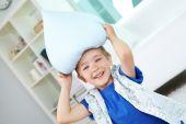 Menino brincando com travesseiro — Foto Stock