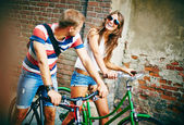 Couple riding on bicycles — Stock fotografie