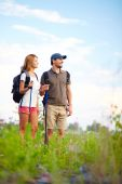 Trippers in countryside — Stock Photo