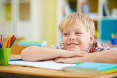 Сидит на уроке школьник — Стоковое фото