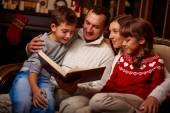 Famille lire des contes intéressants — Photo