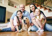 自宅で犬連れのご家族 — ストック写真