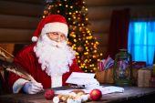 Santa Claus answering Christmas letter — ストック写真