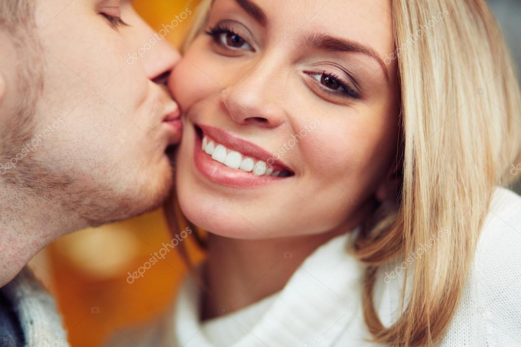 Girl kisses guy on cheek first date