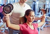 Mädchen training im Fitnessraum mit trainer — Stockfoto