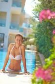 Woman in bikini in pool — Stock Photo