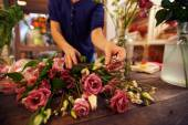 Florist working with flowers — Stock Photo