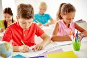 Schoolkids drawing at lesson — Stock Photo